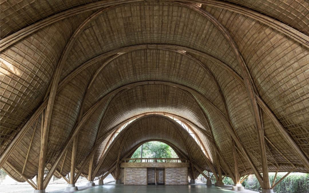 Ibuku diseña un edificio de bambú en la jungla Balinesa